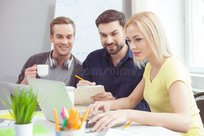 Sprawna kreatywnie drużyna dyskutuje nowego projekt zdjęcie stock