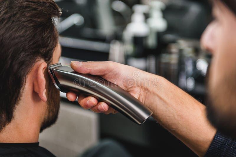 Sprawnego fryzjera tnący ludzki włos shearer zdjęcia stock