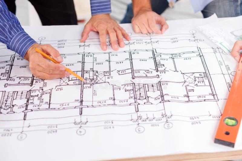 Sprawni męscy inżyniery są planować nowy obrazy stock