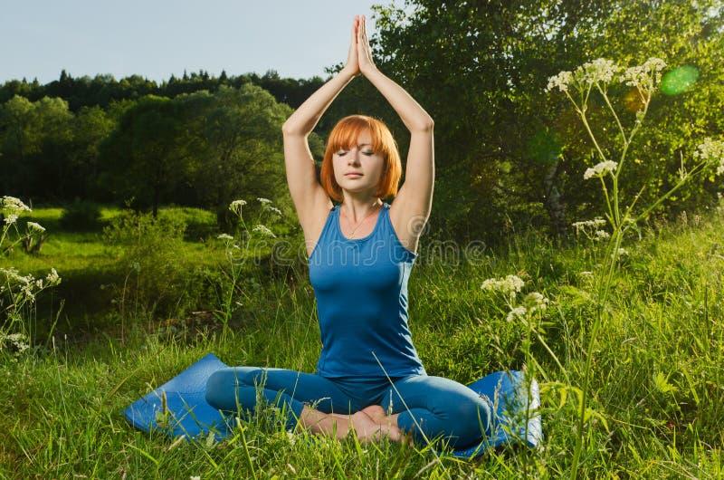 sprawność fizyczna ćwiczyć kobiety czerwony joga obrazy royalty free