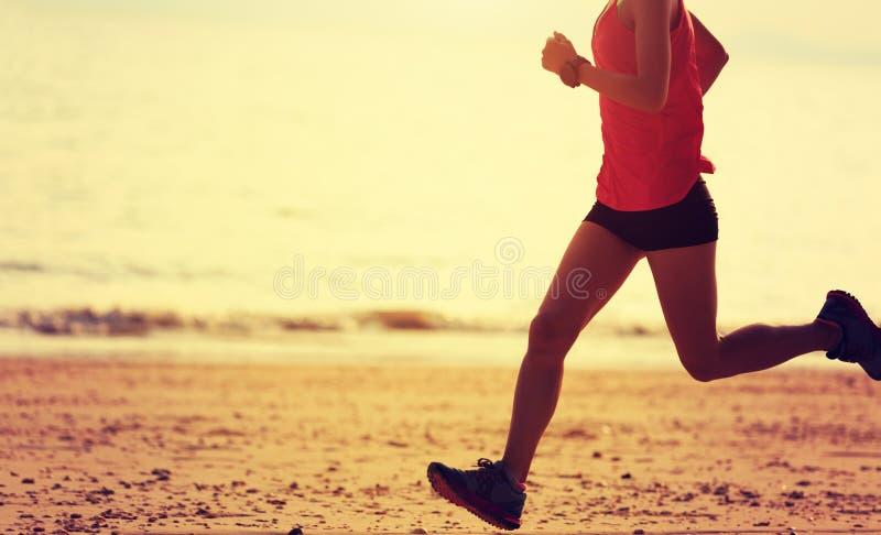 Sprawność fizyczna biegacza żeński bieg przy plażą fotografia royalty free