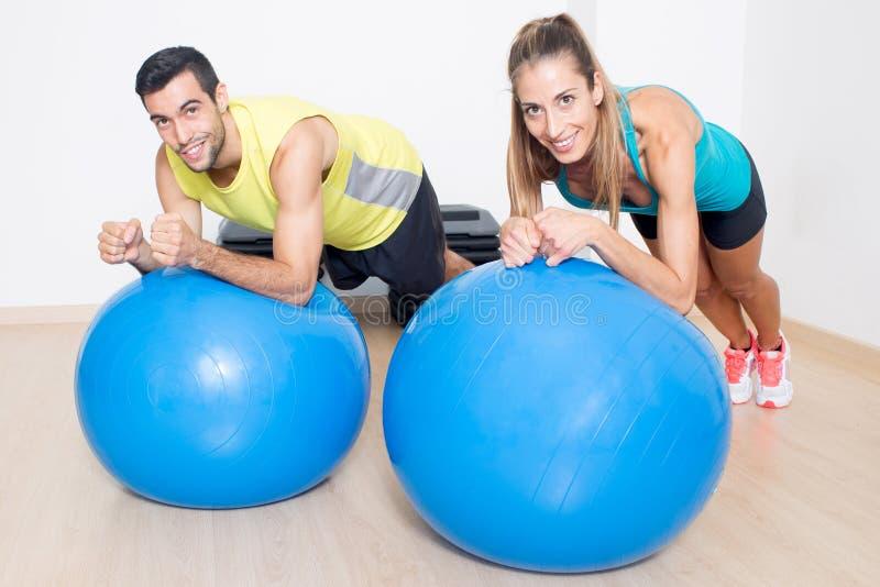 Sprawność fizyczna eksperci na błękitnych medycyn piłkach zdjęcie stock