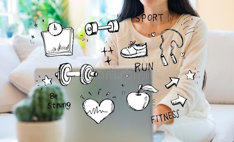 Sprawność fizyczna i dieta z kobietą używa jej laptop zdjęcie stock