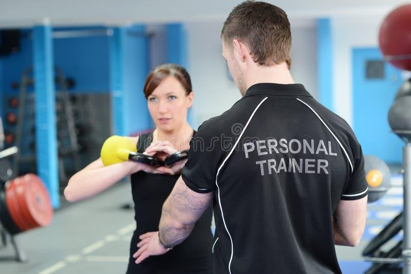Sprawność fizyczna instruktor z dziewczyną robi treningowi fotografia stock