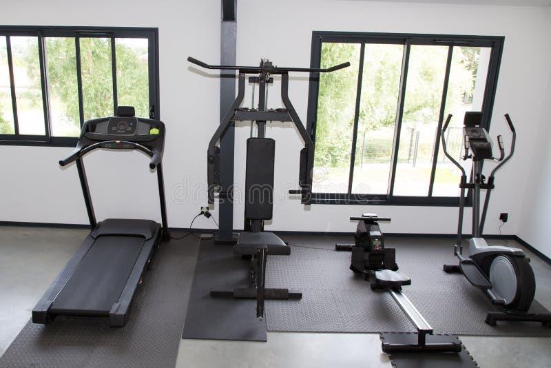 Sprawność fizyczna klub z różnymi maszynami w gym wyposażeniu dla ćwiczenia szkoleniowego obrazy stock