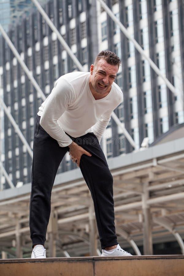 sprawność fizyczna mężczyzna ścięgna zwichnięcie lub drętwienia bolą w mieście sporta urazu noga bieg w miastowym, wypadkowa, ?wi obraz royalty free