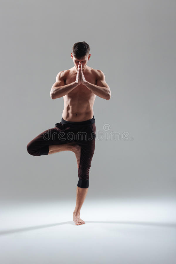 Sprawność fizyczna mężczyzna robi ćwiczeniu na jeden nodze zdjęcie stock