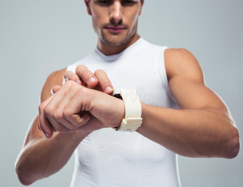 Sprawność fizyczna mężczyzna używa smartwatch zdjęcia stock