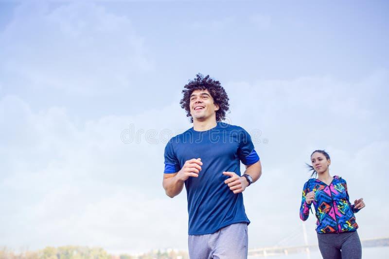 Sprawność fizyczna, sport, ćwiczyć i zdrowy styl życia pojęcie, - coupl fotografia stock