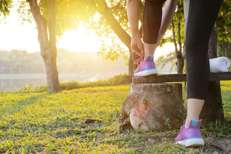 Sprawność fizyczna sporta kobieta w mody sportswear robi sprawności fizycznej ćwiczeniu w jawnym parku fotografia stock