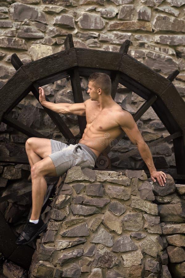 Sprawność fizyczna, sporta pojęcie Mężczyzna z mięśniową półpostacią przy młynem obrazy stock