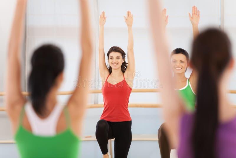 Sprawność fizyczna tana klasa robi aerobikom obrazy royalty free
