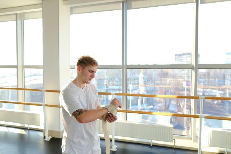 Sprawność fizyczna trener dyskutuje szczegóły z nowym klientem w sportswear zdjęcie stock