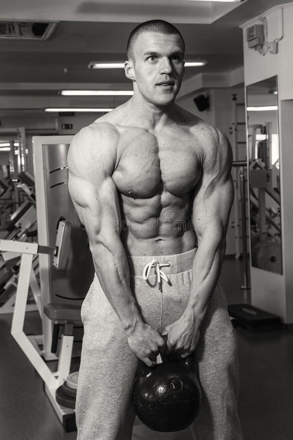 Sprawność fizyczna trenera pociągi z dumbbells obraz stock