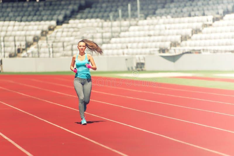 Sprawności fizycznej atlety bieg na profesjonalisty śladzie, narządzanie dla maratonu, rasa lub olimpiady, zdjęcie royalty free