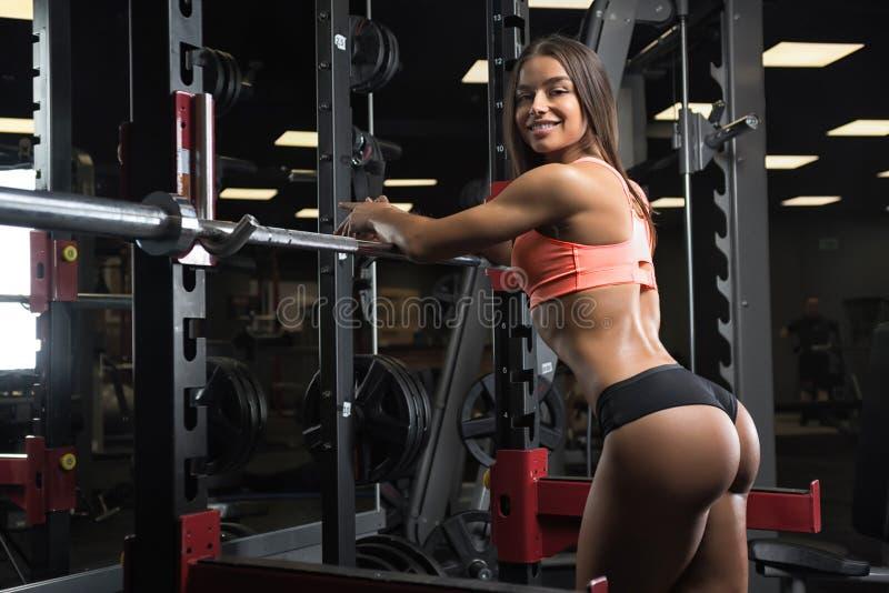Sprawności fizycznej dziewczyna pozuje w gym fotografia royalty free
