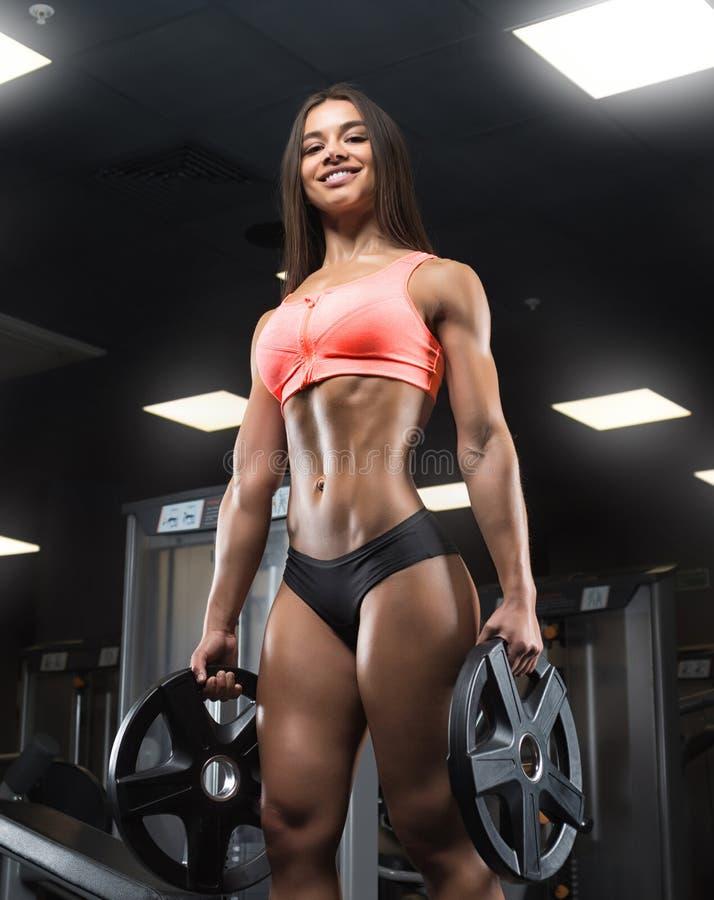 Sprawności fizycznej dziewczyna pozuje w gym zdjęcie stock