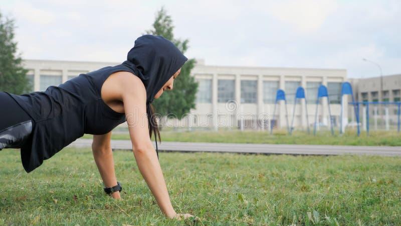 Sprawności fizycznej dziewczyna robi Ups z bawełną na stadium fotografia royalty free