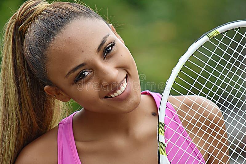 Sprawności fizycznej dziewczyny gracz w tenisa ono Uśmiecha się zdjęcie royalty free