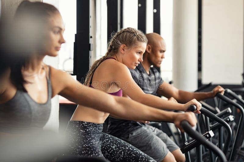 Sprawności fizycznej grupowy szkolenie z trudem na kolarstwo maszynach zdjęcia royalty free