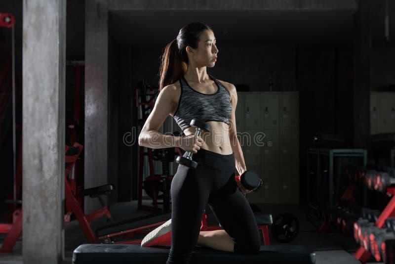 Sprawności fizycznej gym kobiety siły udźwigu stażowi ciężary obrazy stock