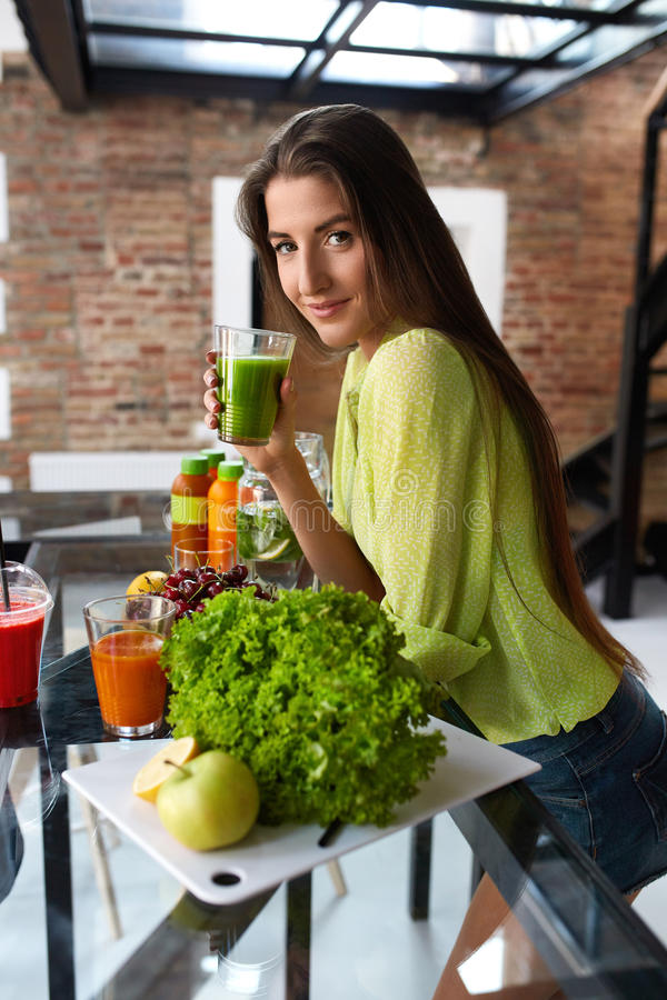 Sprawności fizycznej jedzenie, odżywianie Zdrowa łasowanie kobieta Pije Smoothie zdjęcia stock