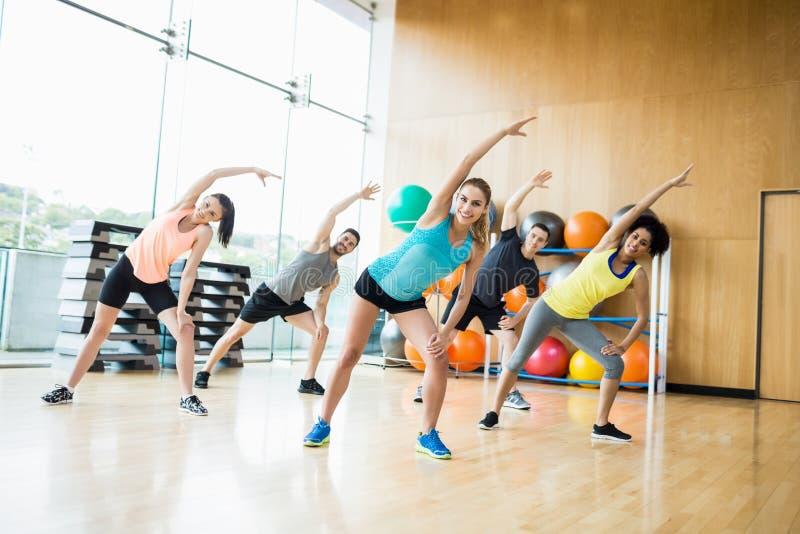 Sprawności fizycznej klasowy ćwiczyć w studiu fotografia stock