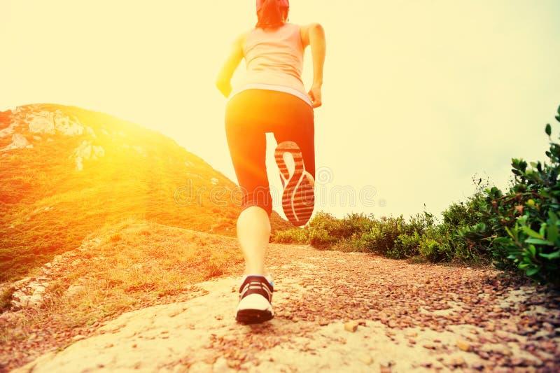Sprawności fizycznej kobieta iść na piechotę bieg na śladzie zdjęcia stock