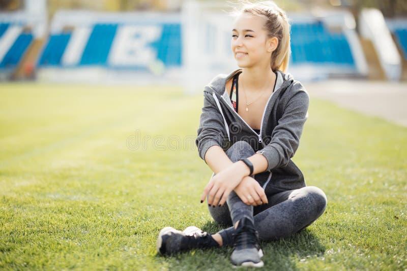 Sprawności fizycznej kobieta na stadium relaxong po rozgrzewkowego up przy stadium obrazy royalty free