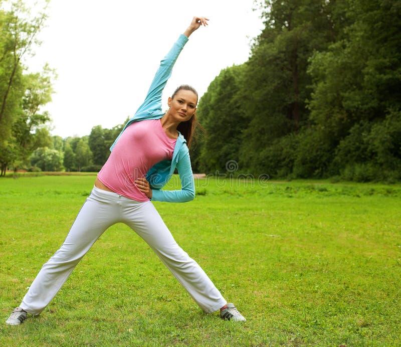 Sprawności fizycznej kobieta na zieleń parku fotografia royalty free