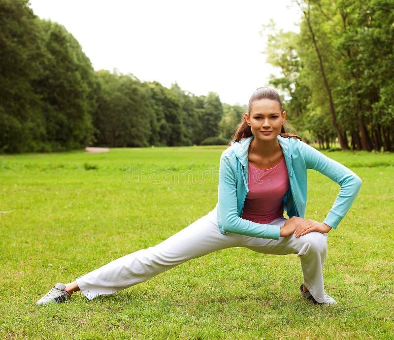 Sprawności fizycznej kobieta na zieleń parku zdjęcie stock