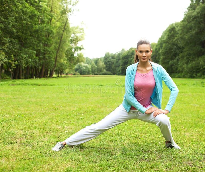 Sprawności fizycznej kobieta na zieleń parku zdjęcie royalty free