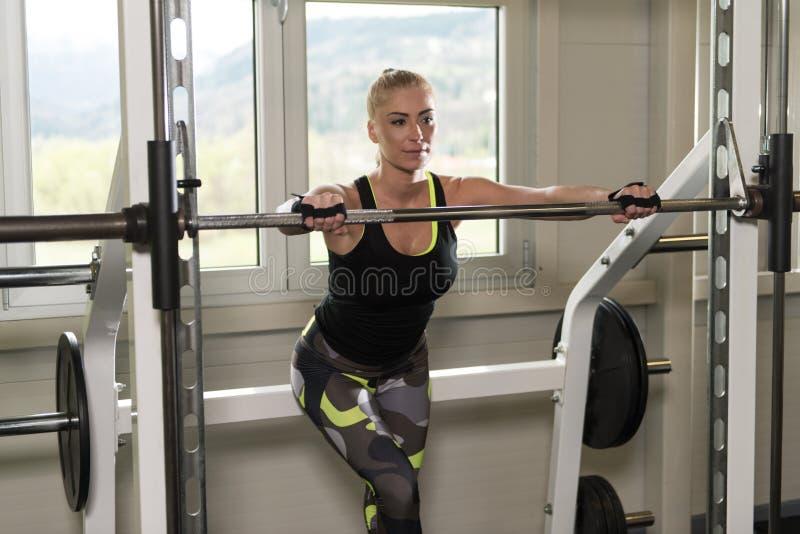Sprawności fizycznej kobieta Odpoczywa Po ćwiczenia obrazy stock