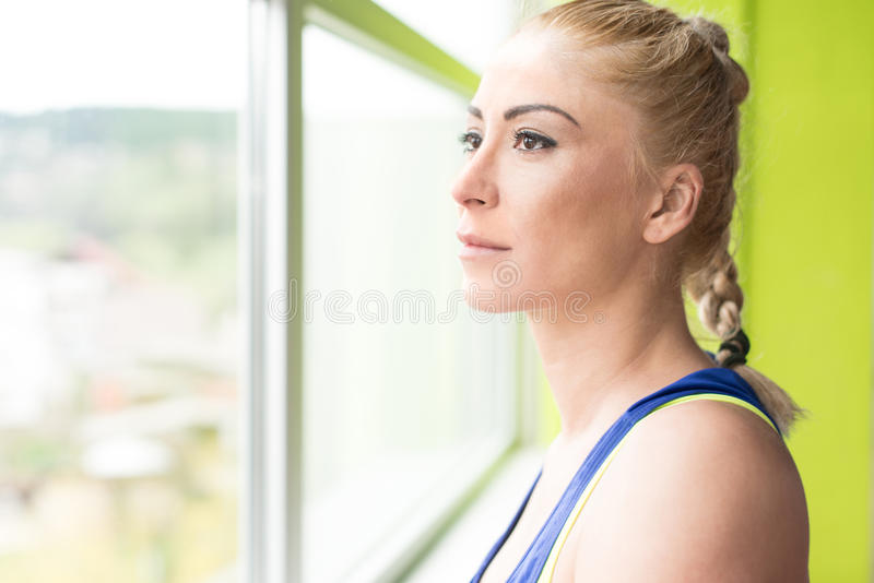 Sprawności fizycznej kobieta Odpoczywa Po ćwiczenia zdjęcia stock
