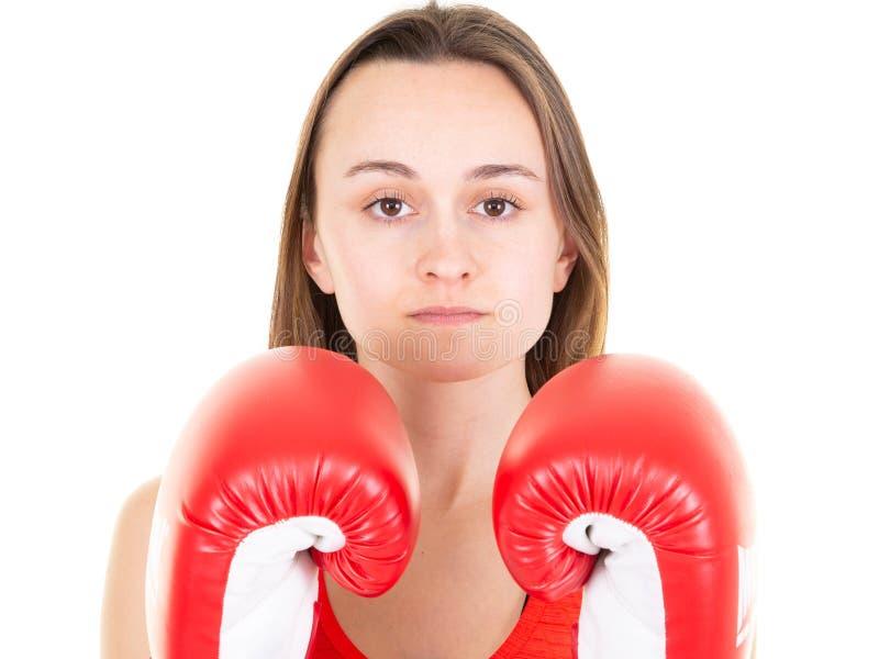Sprawności fizycznej kobieta pozuje z bokserskimi rękawiczkami nad białym tłem zdjęcie royalty free