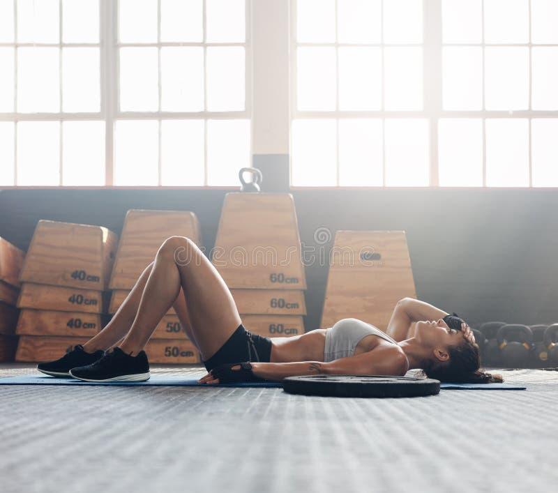 Sprawności fizycznej kobieta relaksuje po ćwiczenie sesi obraz royalty free