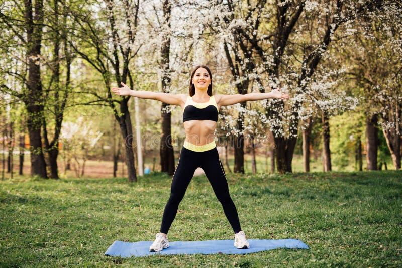 Sprawności fizycznej kobieta robi ćwiczyć w parku outdoors obraz royalty free