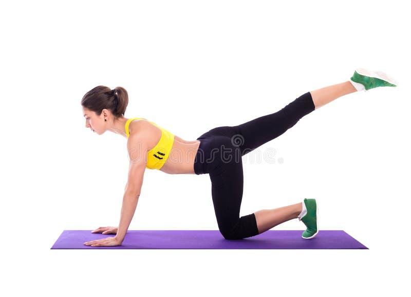 Sprawności fizycznej kobieta robi rozciąganiu ćwiczy na piankowym ochraniaczu fotografia royalty free