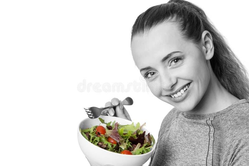 Sprawności fizycznej kobiety łasowania sałatka obraz stock