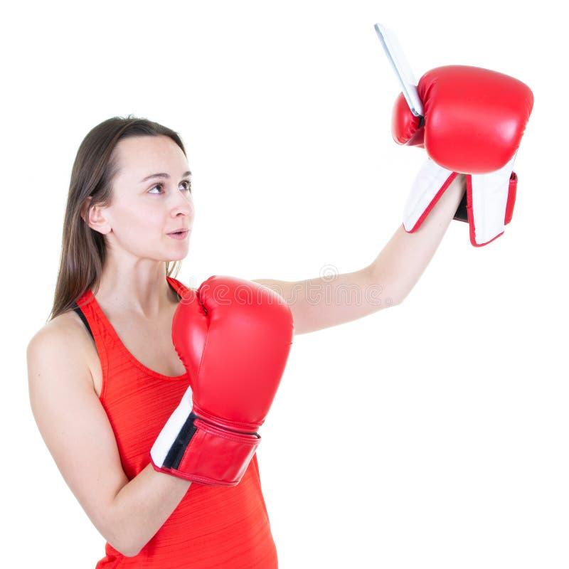 Sprawności fizycznej kobiety bokserski pozować odizolowywam nad białym tłem bierze selfie telefonem komórkowym z czerwonymi  fotografia stock