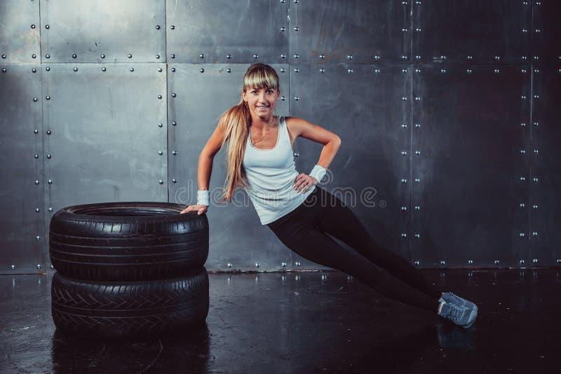 Sprawności fizycznej kobiety dysponowanego sporta wzorcowy robi sedno, Ups fotografia royalty free