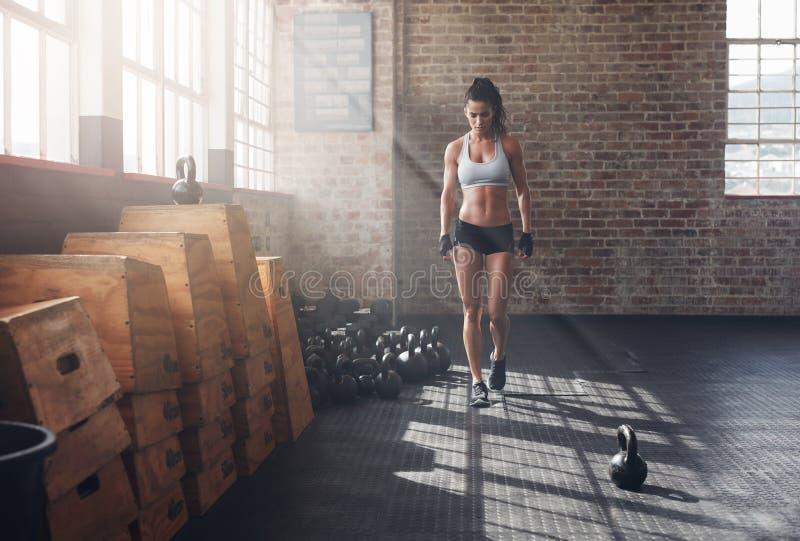 Sprawności fizycznej kobiety odprowadzenie w gym zdjęcie stock