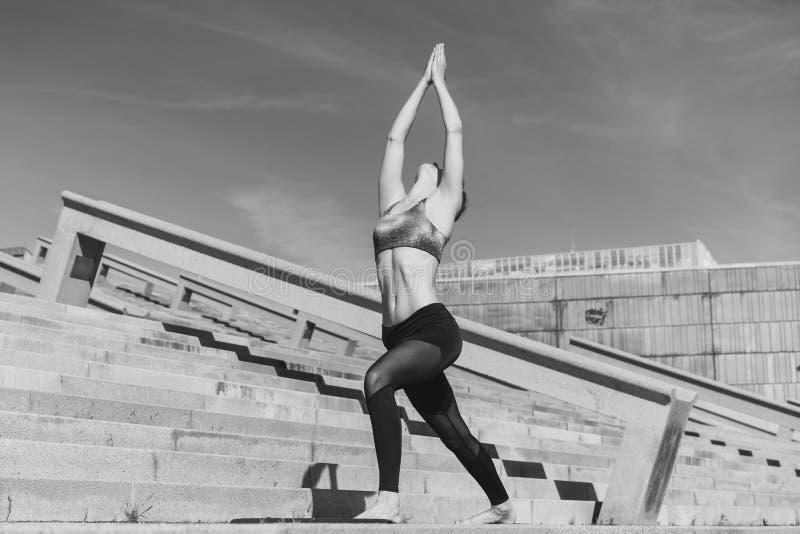 Sprawności fizycznej kobiety pojęcie Joga i medytacja w nowożytnym urbanistic mieście Młoda atrakcyjna dziewczyna - joga medytuje zdjęcia stock