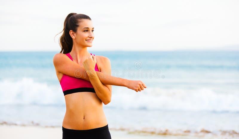 Sprawności fizycznej kobiety rozciąganie zdjęcia stock