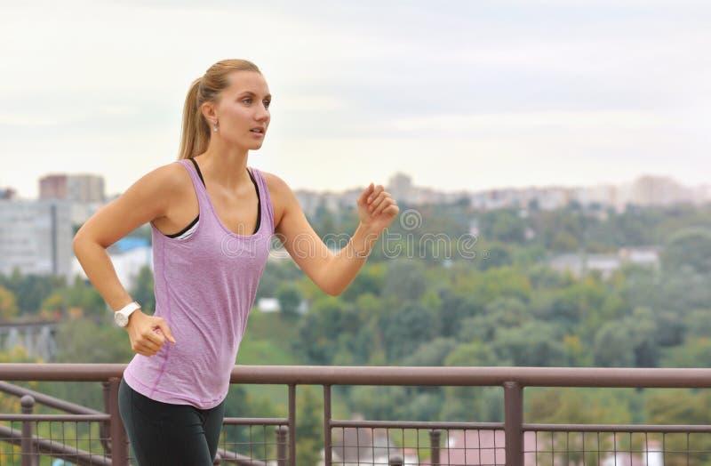 Sprawności fizycznej młoda kobieta jogging w miasto parku zdjęcia royalty free
