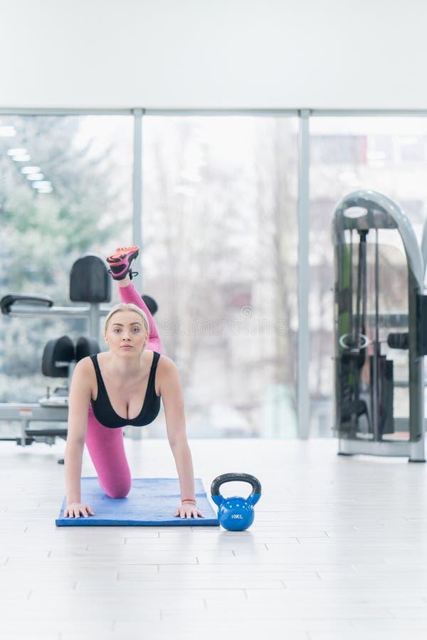 Sprawności fizycznej młoda kobieta robi ćwiczenie treningowi przy crossfit zdjęcia royalty free
