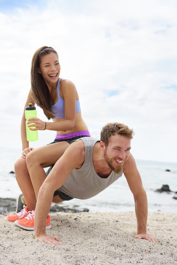 Sprawności fizycznej pary szkolenie robi śmiesznemu pchnięciu fotografia stock