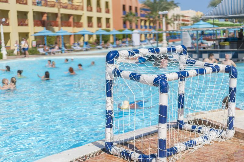 Sprawności fizycznej pojęcie, sprawności fizycznej klasa, grupa ludzi angażuje w aqua aerobikach w basenie na letnim dniu outdoor obrazy stock