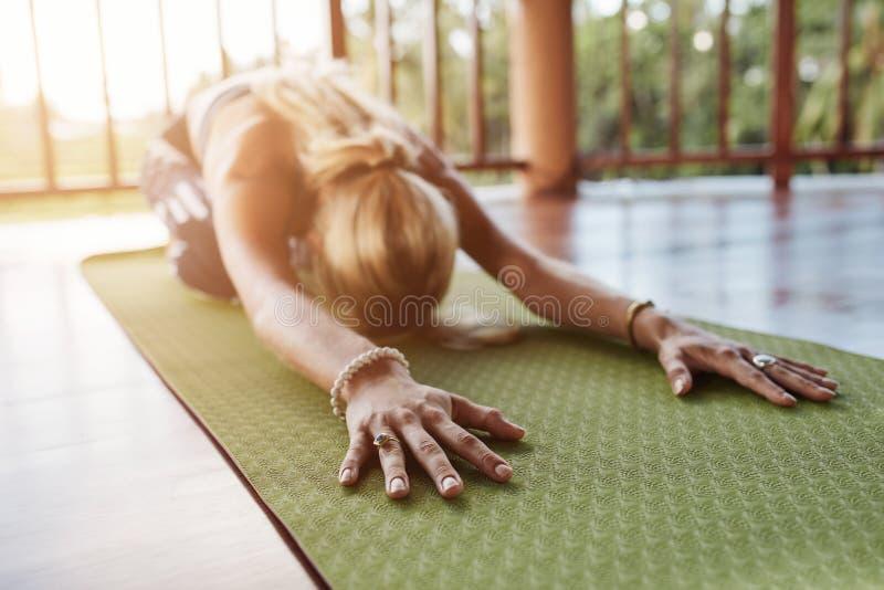 Sprawności fizycznej spełniania balasana żeński joga przy gym zdjęcie stock