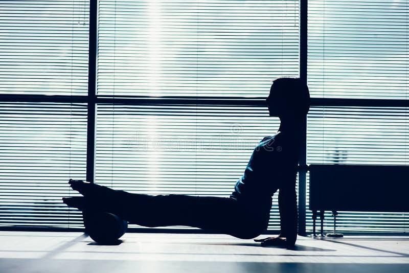 Sprawności fizycznej, sporta, szkolenia i stylu życia pojęcie, - kobieta robi pil zdjęcie stock